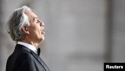 """Penyanyi Italia Andrea Bocelli saat menggelar pertunjukan tunggal """"Music for Hope"""" di Duomo, Milan, hari Minggu (12/4)."""