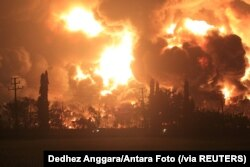 Asap membubung dari kilang minyak Pertamina di Balongan, Indramayu, Jawa Barat, Senin, 29 Maret 2021. (Foto: Dedhez Anggara/Antara Foto via Reuters)