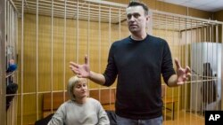 2017年3月27日,俄罗斯反对派领袖纳瓦尔尼在法庭上讲话。他的律师在旁边听。