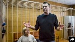 Lidè opozisyon ris la Alexei Navalny pandan li tap pale, ak avoka li Olga Mikhailova, nan yon tribinal nan Moskou, Larisi, Mas 27, 2017. (Foto: AP/Denis Tyrin)