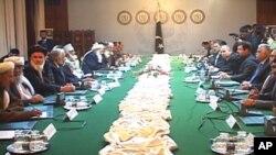 افغانستان کی اعلیٰ امن کونسل کے ایک 25 رکنی وفد پاکستانی حکام سے بات چیت کرتے ہوئے