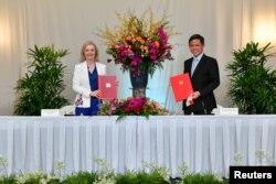 Bộ trưởng Thương mại Anh Liz Truss ký Hiệp định Thương mại Tự do với Bộ trưởng Thương mại Singapore Chan Chun ngày 10/12/2020.