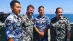 """Sĩ quan Hải quân Hoàng gia Úc đứng cạnh các quân nhân Trung Quốc trên tàu HMAS Newcastle trong cuộc tập trận """"Exercise Kakadu""""."""