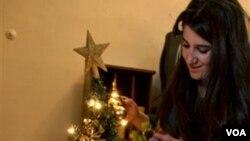 Sara Nabil (24) seorang warga Irak Kristen mendekorasi rumahnya dengan hiasan Natal (foto: dok).