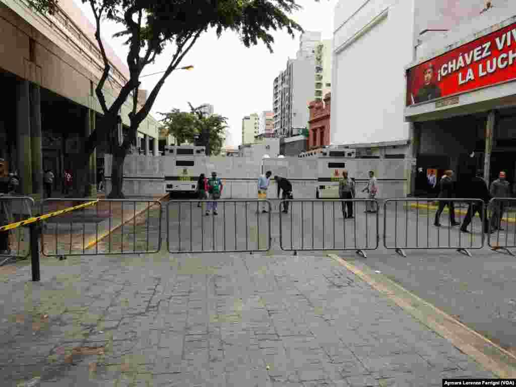 Vehículos blindados de la Guardia Nacional y paneles antimotines son instalados en la Avenida Lecuna en Caracas, en las afueras del Palacio de Justicia donde juzgan a Leopoldo López.