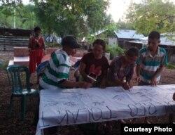 Warga kampung Luwuk Desa Satar Punda, Kecamatan Lamba Leda, Kabupaten Manggarai Timur, Nusa Tenggara Timur (NTT) membubuhkan tanda tangan penolakan pembangunan pabrik semen dan tambang batu gamping (Juni 2020) Foto : JPIC OFM Indonesia