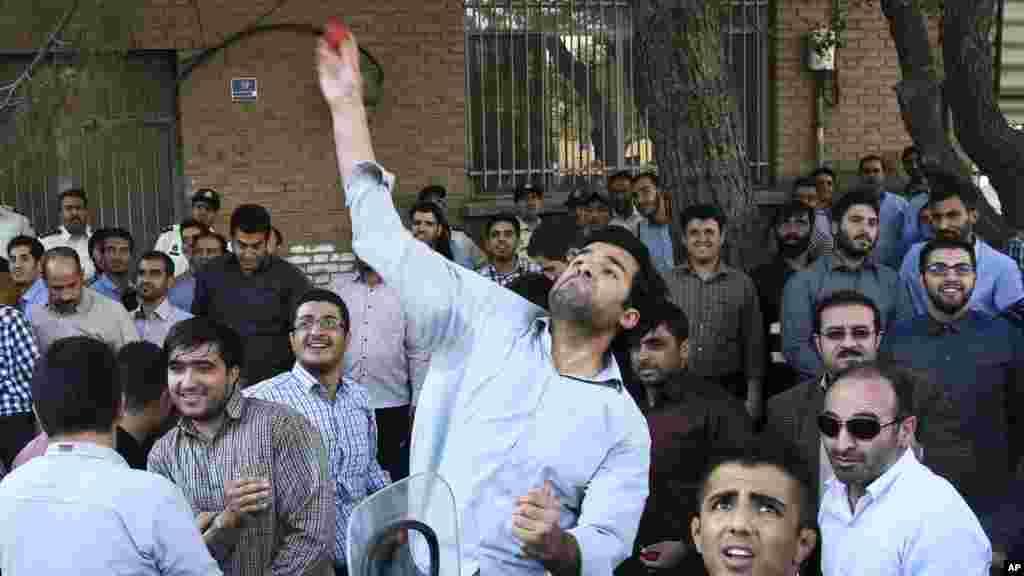 Masu Zanga Zanga A Iran Na Jefa Tumatur A Ofishin Jakadancin Saudi Arabia Dake Tehran, Satumba 28, 2015.