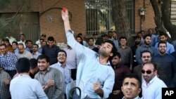 지난달 27일 이란 테흐란 사우디아라비아 대사관 앞에서 압사 사고에 항의하는 시위대가 토마토를 던지고 있다.