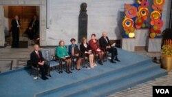 2010年12月10日在奥斯陆举行的诺和奖颁奖典礼上为身陷囹圄的获奖者刘晓波摆着空椅子(美国之音王南拍摄)