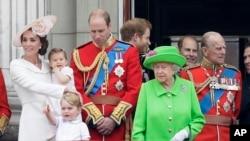 La famille royale d'Angleterre sur le balcon du Buckingham Palace, lors d'un défilé à Londres, le 11 juin 2016.