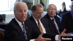 Wapres AS Joe Biden (kiri) memimpin satuan tugas untuk mengekang kekerasan terkait kepemilikan senjata api di Amerika.
