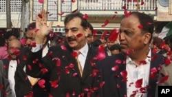 وزیر اعظم پاکستان یوسف رضا گیلانی کراچی میں متحدہ قومی مومنٹ کے ہیڈکوارٹرز نائن زیرو پہنچنے پر۔ ایم کیو ایم کے مرکزی رہنما بابر غوری (دائیں) ساتھ ہیں۔ اس موقع پر وزیر اعظم کا پرتپاک استقبال کیا گیا۔