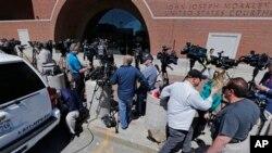 Boston'da bombalı saldırı soruşturması ile ilgili olarak gözaltına alınan üç gencin çıkarıldığı mahkemenin önü
