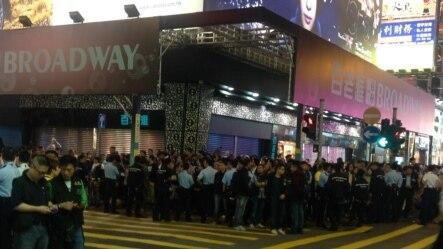 香港街头警民对峙数千人围观