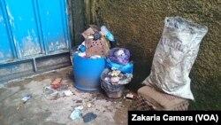 Des ordures ménagères à Conakry (VOA/Zakaria Camara)