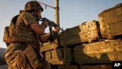 Tentara pemerintah Ukraina menembakkan senjatanya ke arah pemberontak dekat Avdiivka, luar kota Donetsk, Ukraina timur. (Foto: Dok)