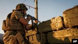 Авдіївка. Український військовий цілиться у бік контрольованих сепаратистами територій