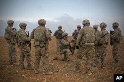 Arhiva - Na ovoj fotografiji koju je objavila Vojska SAD, vide se američki vojnici kako se okupljaju tokom probne zajedničke patrole u Manbiju, Sirija, 7. novembra 2018.