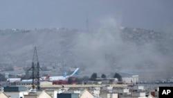 8月26日,阿富汗喀布尔机场外自杀炸弹袭击引发的浓烟