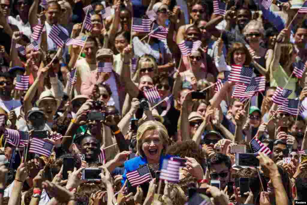 លោកស្រី Hillary Clinton បេក្ខភាពប្រធានាធិបតីមកពីគណបក្សប្រជាធិបតេយ្យ បានអញ្ជើញមកដល់សួនច្បារ Franklin D. Roosevelt Four Freedom Park ដើម្បីឡើងថ្លែងសុន្ទរកថាបើកយុទ្ធនាការជាផ្លូវការ នៅលើកោះ Roosevelt ក្នុងទីក្រុងញូវយ៉ក កាលពីថ្ងៃទី១៣ ខែមិថុនា ឆ្នាំ២០១៥។