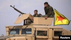 Anggota Pasukan Demokratik Suriah (SDF) di dekat Baghuz, provinsi Deir Al Zor, Suriah, 6 Maret 2019. (Foto: dok).