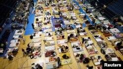 Nạn nhân lũ lụt từ thị trấn Obrenovac, Serbia bỏ nhà cửa đến tạm ngụ tại một trung tâm ở Belgrade, 18/5/14
