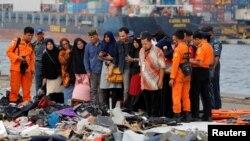 Porodice putnika gledaju u dijelove prtljaga pronađene poslije pada aviona