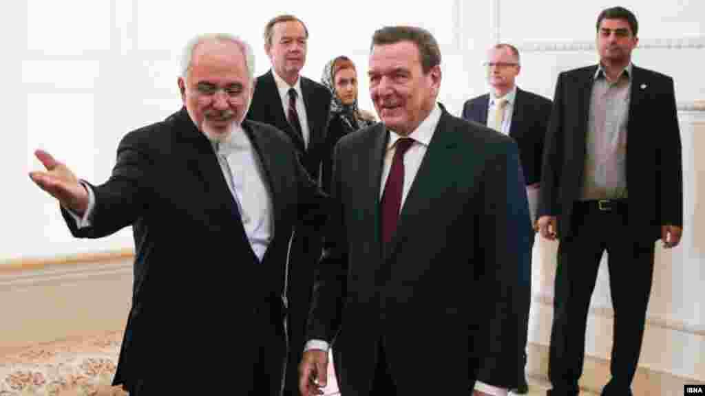 گرهارد شرودر صدراعظم پیشین آلمان در راس یک هیات اقتصادی به تهران رفته است. او با با محمدجواد ظریف و سایر وزرا دیدار کرده است. هدف این سفر مشارکت بازرگانان آلمانی در ایران عنوان شده است. عکس: امین خسروشاهی، ایسنا