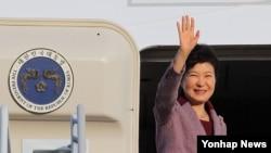 미·한 정상회담을 위해 미국 방문에 나서는 박근혜 한국 대통령이 13일 오후 서울공항에서 전용기에 오르며 손을 흔들고 있다.