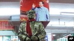 井冈今似红海洋 商店多少主席像