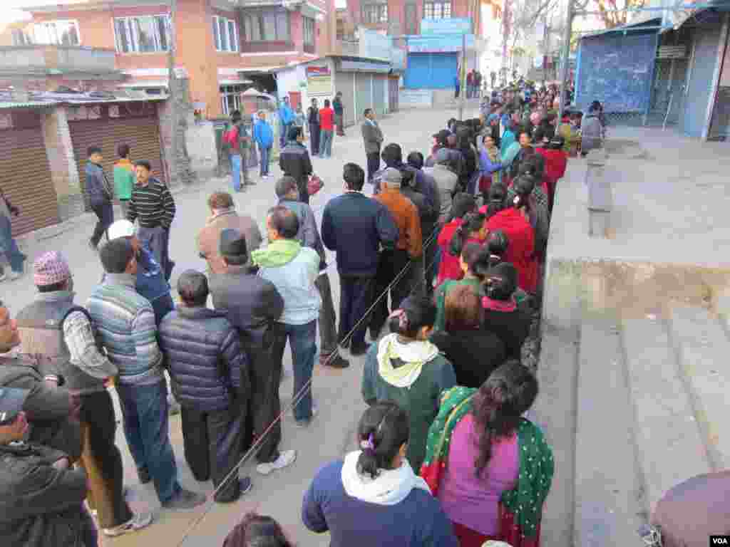Voters lined up to cast ballots in Kathmandu, Nov. 19, 2013. (Aru Pande/VOA)