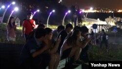 22일 울산시 울주군 서생면 간절곶에서 시민들이 늦은 밤까지 '포켓몬고' 게임에 몰두하고 있다.