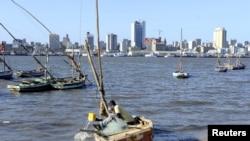 Un pêcheur nettoie son bateau à Maputo, Mozambique, le 15 août 2015.
