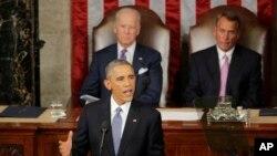 Wakil Presiden AS Joe Biden (kiri belakang) dan Ketua DPR John Boehner mendengarkan pidato tahunan Presiden Barack Obama di Gedung Kongres (20/1). (AP/J. Scott Applewhite)