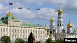 Российские военные вертолеты над Москвой.