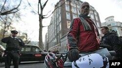 Borci za prava Vikiliksa protestuju zbog hapšenja Džulijana Asanža ispred vestminsterskog suda u Londonu
