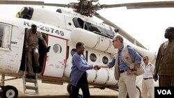 Ketua Urusan Kemanusiaan PBB Valerie Amos (kiri), saat melakukan kunjungan ke Sudan selatan (foto: dok). Amos hari Rabu (7/3) masuk ke kota Baba Amr, bekas benteng kekuatan gerilyawan Suriah.