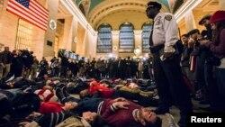 """數十名抗議者躺在紐約中央火車站,舉行所謂""""扮死""""示威抗議。"""