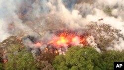 Gunung berapi Kilauea terus meletus mengeluarkan lava dan abu vulkanik dekat kota Pahoa, Hawaii, Rabu (16/5).