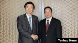 윤병세 한국 외교부 장관(왼쪽)과 류치바오 중국 공산당 중앙선전부장이 23일 서울에서 오찬 간담회를 가졌다.