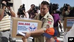 Jennifer Tyrell, una madre lesbiana junto a su hijo de 7 años lideró una campaña y entregaron peticiones firmadas a la oficina central de los Boy Scouts en respaldo al cambio de política.