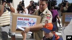 Jennifer Tyrrel y su hijo Cruz Burns entregan 300.000 peticiones firmadas pidiendo a los Boy Scouts la apertura a los gays.