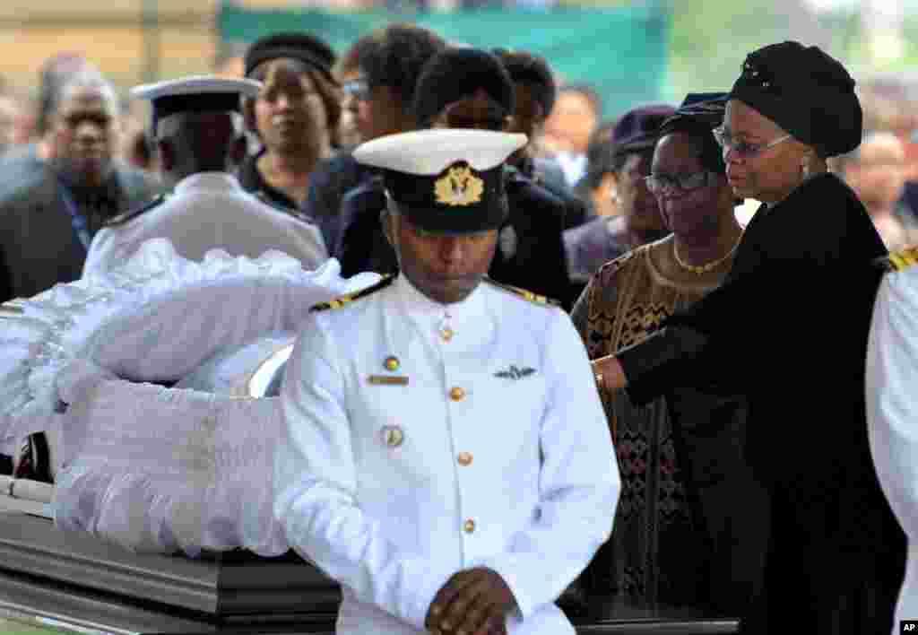 A viúva de Nelson Mandela, Graca Machel, à direita, presta a sua homenagem ao ex Presidente sul-africano no Union Building em Pretoria, Dez. 11, 2013.