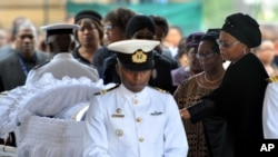 Janda Nelson Mandela Graca Machel (kanan) memberi penghormatan terakhir kepada jenazah suaminya yang disemayamkan di Union Buildings di Pretoria, Rabu (11/12).