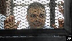 Mohammed Badr, juru kamera televisi Al-Jazeera diadili di pengadilan Kairo, Mesir bulan Desember lalu (foto: dok).