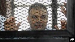 Mohammed Badr, juru kamera Al-Jazeera saat tampil di pengadilan Kairo, Mesir (foto: dok). Badr adalah satu dari 4 wartawan Al-Jazeera yang ditahan di Mesir.