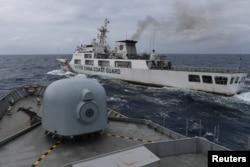 Kapal Garda Pantai China tampak dari kapal TNI AL saat patroli di Zona Ekonomi Eksklusif Indonesia di utara Pulau Natuna, 11 Januari 2020. (Foto: Risyal Hidayat/Antara via Reuters)