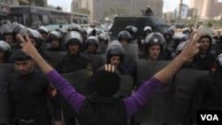Polisi anti huru-hara Mesir mengamankan Lapangan Tahrir, Kairo saat demonstrasi massal (foto: dok). 3 polisi Mesir tewas dalam serangan Senin 28/10.