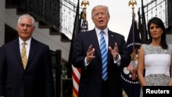 Dari kiri: Menlu AS Rex Tillerson, Presiden AS Donald Trump dan Dubes AS untuk PBB Nikki Haley berbicara kepada media setelah melakukan pertemuan di Bedminster, New Jersey hari Jumat (11/8).