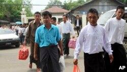 ພວກນັກໂທດການເມືອງຊາວມຽນມາ ທີ່ຖືກປ່ອຍ ພວມຍ່າງອອກມາ ຈາກຄຸກ Insein ໃນນະຄອນຢ່າງກຸ້ງ (17 ພຶດສະພາ 2013)